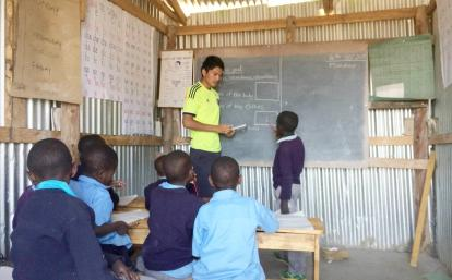 タンザニアの子供たちへの英語教育に取り組む日本人ボランティア